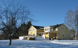 Sedan 2006 har Hyr-Hela-Villan varit vårt enda alternativ. Nu blir vi en STF-anläggning och erbjuder rumsuthyrningen med ett eget B&B-upplägg. Samma villa och samma hemma-hos-känsla.