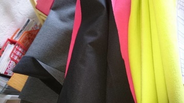 Nyhet! Täcke i softshell med  fleecebaksida, vindtät mjuk och skön, Går att få med namn på. Finns i färgerna svart med lime eller cerise baksida eller mörkgrå med svart baksida, Valfri färg runt om. från 300:- Tillkommer 20:- för namn
