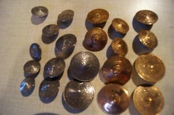Knappar gjorda av gamla pengar