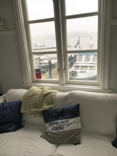 Utsikt över hamnen från ett av rummen