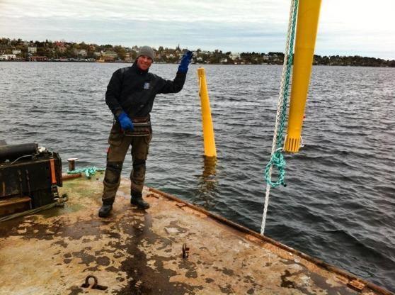 Här lägger vi ut förtöjningssystem för vraken inom Dalarö dykpark