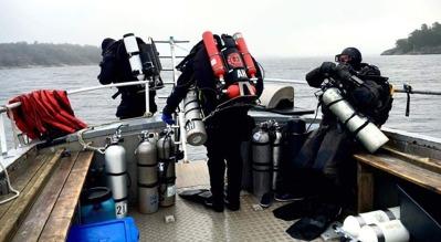 Dykare påväg i vattnet för spännande dyk