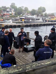 En av dykguiderna berättar om Dalarö Dykpark