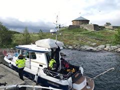 Lastning av dykbåten Nessi inför dagstur