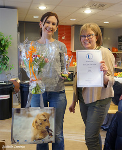 Therese Jones fick, av klubbens ordförande Ulrika Stefansson, t.h.  ta emot pris för Bästa VRK-katt 2017