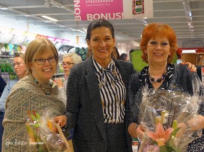 Klubbens ordförande Ulrika Stefansson tackar domarna Helene Lis och Eva Porat för ett informativt och trevligt jobb, där alla katter fick gott om tid på domarborden
