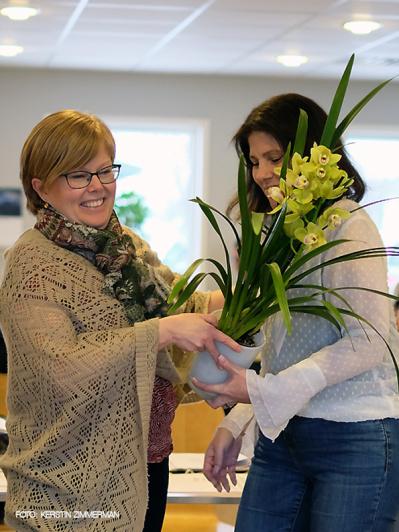 Ulrika tackar Anna Landell, som nu lämnar jobbet i styrelsen