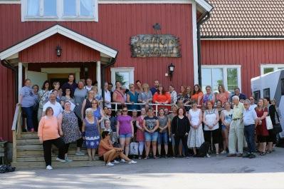 Större delen av KLISA-deltagarna samlade utanför Medåker Bygdegårds lokal. En lokal som passar alldeles utmärkt för KLISA-träffar.