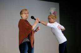 Ulrika och Anna-My ser ut att vara mitt i någon slags kampsport. Men så var inte fallet.