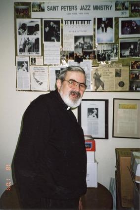 Präst i St. Peters Church med alla jazzcelebriteter som har spelat där genom åren i bakgrunden.