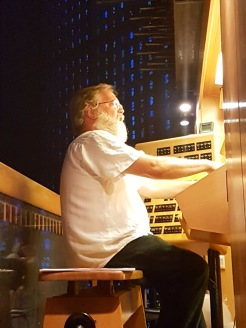 Johannes vid orgeln i Gedächtnis-Kirche.
