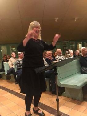 Birgitta Landgren dirigerar kyrkokören.