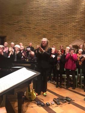 Magnus Rosén tackar för applåderna efter sitt solobas program.