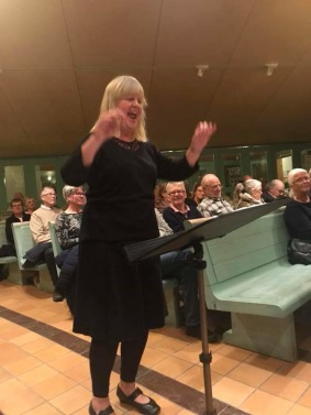 Birgitta Landgren conduct the church-choir.