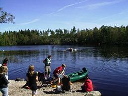 grupp vid sjön