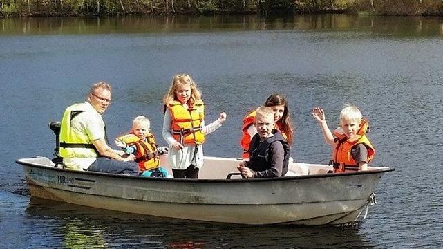 familj med båt