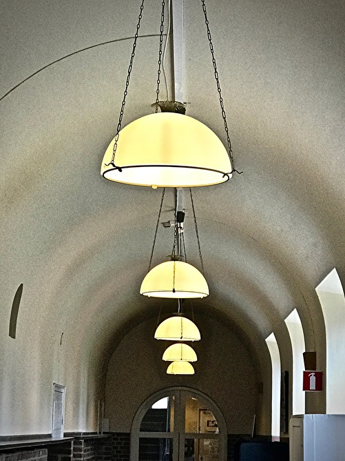 En korridor med Asplundlampor