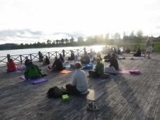 Sommmaryoga på bryggan ett par minuters promenad från Rehab & Yogaverkstan.