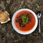 Tomatsoppa toppad med dinkel, soltorkade tomater och grönkål. Surdegsbulle med biodynamisk Goudaost
