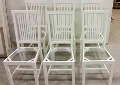 Färdigmålade stolar.
