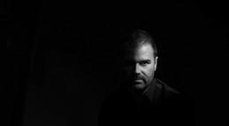 Musikerporträtt - Johan, musiker ville ha en bild som enbart visade halva ansiktet och det i svartvitt för att ytterligare förstärka utrycket om hans olika sidor .. Vi fixade bilden och en stor canvas som blev 120cm bred. Vårt uppdrag blev fotografering, redigering och framtagning av canvas.