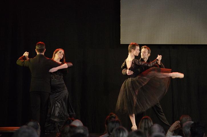 Syntolkning: Två par som dansar. Foto: José Figueroa