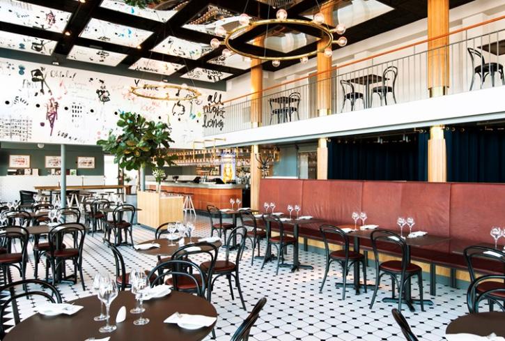 Syntolkning: Stolar och bord i trevlig barmiljö. Foto: Elite Stadshotell