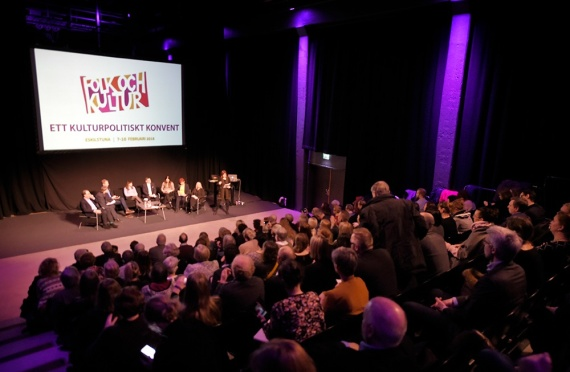 Syntolkning: Stor publik framför scen. Foto: José Figueroa