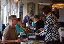 Att skapa mötesplaster för författare, som här på utställartorget i Mariefred, kan vara ett sätt för en region att stötta sina författare, men det finns många fler. Foto Irene Karlbom Häll.