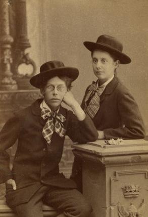Fotografi föreställande Lotten Rönqvist och Karin Wästbäck, fotograf Waldemar Dahllöf