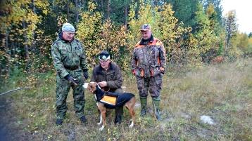 Efter avklarat prov till vänster domare Erkki Juntti i mitten Viivi med husseoch till höger domare Kalle Waara