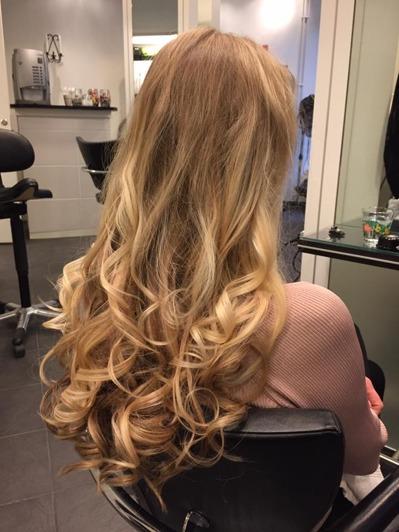 Permanent hittar du här hos din frisör i Sjöstaden. Även helg och kvällsöppet. Här får du stora lockar och fylligare hår.