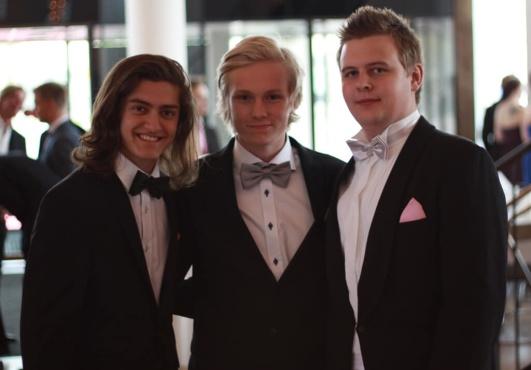 Tre killar på sin studentbal