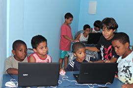 Foto Casas da Noruega elevene får IKT undervisning