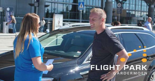 Funcionária Kaja da FlightPark e o diretor de Marketing Rikard Kaarbø (à dir.) no aeroporto de Oslo