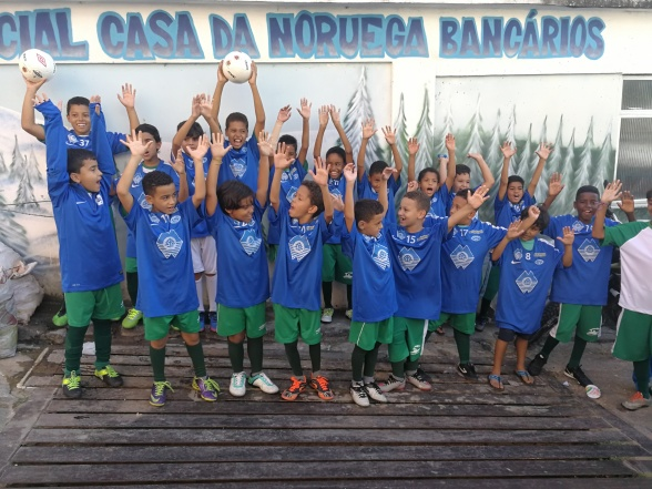 Glade elever utenfor skolen til Casas da Noruega