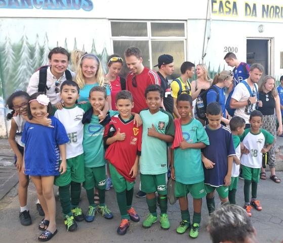 Sogndal Folkehøgskule på besøk hos Casas da Noruega sin skole ute i favelaen INPS på Bancarios i Rio de Janeiro i Brasil