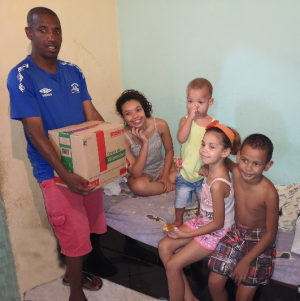 Fra en av årets ordinære matutdelinger. Her ser vi fire av fem barn i en familie hvor mor ikke har arbeid eller annen inntekt. Familien er nå med i Casas da Noruegas matutdelingsprogram. Foto: Futuro