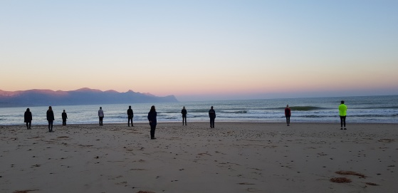 Stressförebyggande arbete kan ske på många olika sätt. På bilden en grupp ledare som njuter av soluppgången på ett av våra retreat. ProDigma har både öppna och företagsanpassade resor och retreat både i Sverige och på Sicilien.