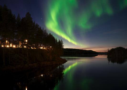 Norrsken över Umeälven. Till vänster ligger kullen där Fågelnästena och Glashuset ligger.