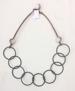 Halsband stålfjädrar och raisinkula - Halsband stålfjädrar och grå raisinkula