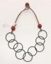 Halsband stålfjädrar och raisinkula - Halsband stålfjädrar och röd raisinkula