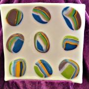 Glasfat i vitt med olika färger
