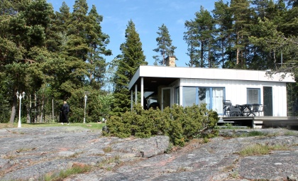Rantahuvila, jossa on 3 makuuhuonetta, tasokas ja täysin varustettu keittiö, kylpyhuone, sauna ja avotakka.