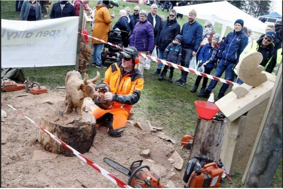 Stefan Karlsson drog publikens intresse till sig när han konstfärdigt sågade till en kossa ur ett stycke trä på Godegårds marknad.