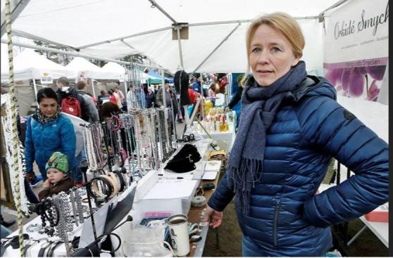 En av många knallar på marknaden. Maria Abrahamsson, Orkidé smycken, från Eskilstuna.