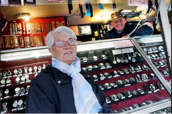 Nöjd kund och nöjd säljare. Monica Bergström, från Motala, hittade sitt klockarmband hos Thomas Helling, från Götene.