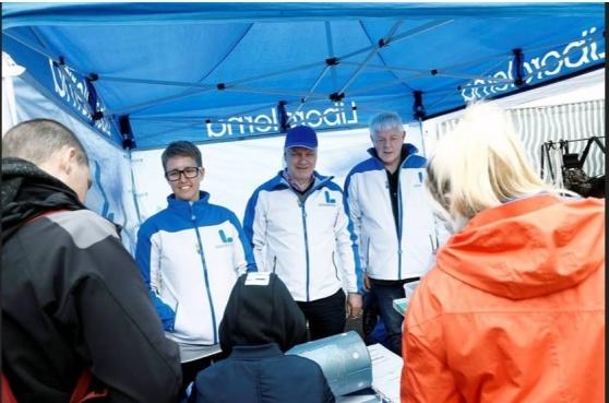 Även en del politiker var på plats för att sprida budskap och sälja lotter. Sara Ankarberg, Kjell Fransson och Jan Green från Liberalerna.