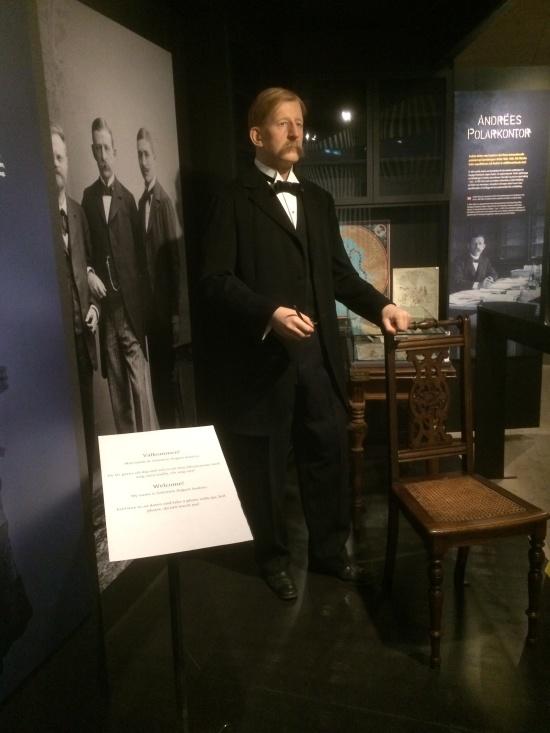 S. A. Andrée. Ingenjör och initiativtagare till polarexpeditionen 1897 med luftballong. I bakgrunden tillsammans med färdkamraterna Nils Strindberg och Knut Frænkel. Polarcenter, Grenna Museum