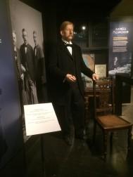 S. A. Andrée. Ingenjör och initiativtagare till polarexpeditionen 1897 med luftballong . I bakgrunden tillsammans med färdkamraterna Nils Strindberg och Knut Frænkel. Polarcenter, Grenna Museum